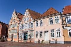 Historiska hus på kajen av den gamla hamnen av Stade Arkivfoton