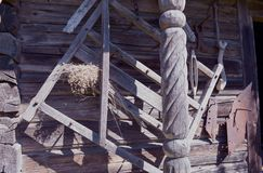 Historiska jordbrukhjälpmedel på den gamla träladugårdväggen royaltyfri bild