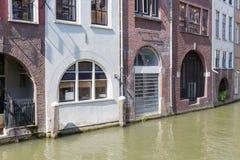 Historiska kanalhus i den medeltida staden Utrecht, Nederländerna Royaltyfria Foton