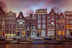 Historiska kanalhus på Brouwersgrachten i Amsterdam i vint Arkivfoto