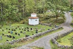 Historiska kors och gravstenar i en liten kyrkogård royaltyfria bilder