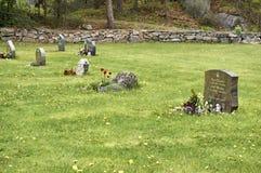 Historiska kors och gravstenar i en liten kyrkogård fotografering för bildbyråer