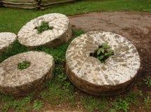 Historiska kvarnstenar som används av tidiga bergnybyggare Arkivbild