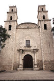 Historiska kyrkliga fasad- och klockatorn Merida, Mexico Fotografering för Bildbyråer