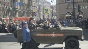 Historiska militära bilar på minnesmärken ståtar det odödliga regementet lager videofilmer