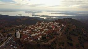 Historiska Monsaraz på kullen vid sjön i Alentejo, Portugal lager videofilmer