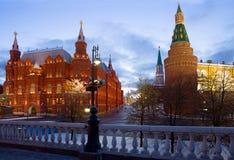 Historiska museum- och Kremltorn i Moskva för röd fyrkant Arkivfoto