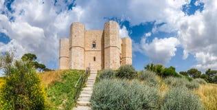 Historiska och berömda Castel del Monte i Apulia, sydostliga Italien Fotografering för Bildbyråer