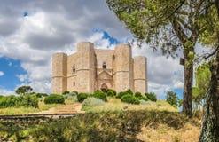 Historiska och berömda Castel del Monte i Apulia, sydostliga Italien Royaltyfria Foton