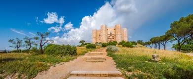 Historiska och berömda Castel del Monte i Apulia, sydostliga Italien Royaltyfri Bild