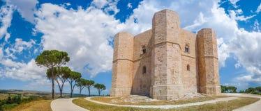 Historiska och berömda Castel del Monte i Apulia, sydostliga Italien Arkivfoto