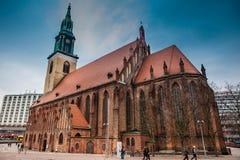 Historiska och härliga Sts Mary kyrka som lokaliseras i centrala Berlin på ett kallt slut av vinterdagen royaltyfri fotografi