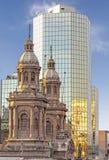Historiska och moderna byggnader, Santiago de Chile Arkivfoto