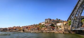 Historiska Porto med bron över floden Douro Royaltyfria Foton