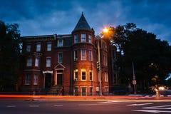 Historiska radhus på Logan Circle på natten, i Washington, DC royaltyfri bild