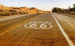 Historiska Route 66 med trottoar undertecknar in Kalifornien Arkivfoton
