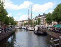 Historiska seglingskepp och utomhus- terrass Royaltyfri Foto