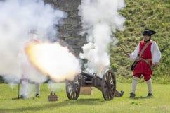 Historiska soldater med skottlossningkanonen arkivfoton