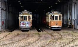 Historiska spårvagnar i staden av Porto Arkivfoton