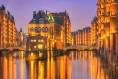 Historiska Speicherstadt, vattenslott på aftonen i Hamburg, Royaltyfri Bild