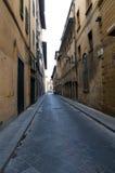 Historiska stadbyggnader för gammal smal gata Arkivfoton