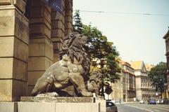 Historiska statyer på gatorna av Prague Arkivfoto