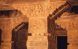 Historiska stenkolonner med traditionella modeller av Indien hinduisk tempel för 7th århundrade, stad Badami Royaltyfri Foto