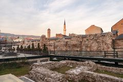 Historiska Taslihan fördärvar med det gamla klockatornet och minaret av den Gazi Husrev moskén på Royaltyfria Bilder
