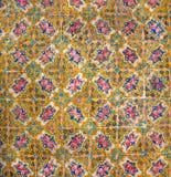 Historiska tegelplattor på de gamla husväggarna med modeller och blommor, Iran Royaltyfria Bilder