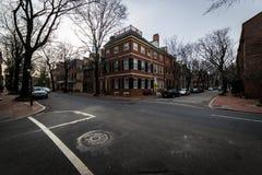 Historiska tegelstenbyggnader i samhällekulle i Philadelphia, Pennsy Arkivbild