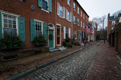 Historiska tegelstenbyggnader i samhällekulle i Philadelphia, Pennsy Arkivfoton