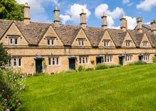 Historiska terrasserade hus i en engelsk by Royaltyfri Fotografi