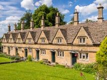 Historiska terrasserade hus i en engelsk by Arkivfoton