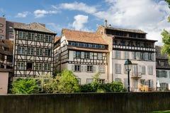 Historiska timrade hus i liten och nätt Frankrike, Strasbourg, Alsace Arkivfoto