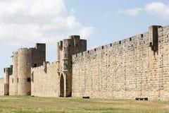 Historiska torn och vallar i staden av Aigues-Mortes arkivfoton
