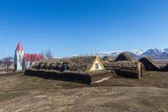Historiska torva-taklade lantbrukarhem som byggs med torv i norr Island royaltyfri foto