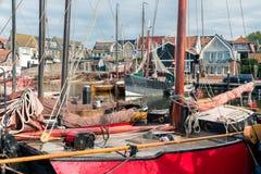 Historiska träskepp i hamnen av Urk, gammalt holländskt fiskeläge Arkivfoto