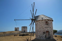 Historiska väderkvarnar på en kulle i Bodrum arkivbilder