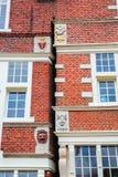 Historiska vapen på gamla byggnader i Hoorn, Nederländerna Arkivbild