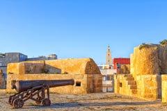 Historiska vapen som står i den gamla historiska portugisiska fästningstaden El Jadida i Marocko Royaltyfri Bild