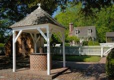 Historiska Williamsburg bevattnar väl Arkivbild