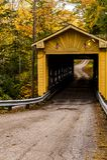 Historiska Windsor Mills Covered Bridge i höst - Ashtabula County, Ohio Royaltyfri Bild