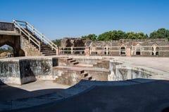 Historiskt bad eller pöl i det kungliga komplexet av Mandav arkivfoto