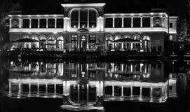 Historiskt byggande skott över en sjö i Cluj-Napoca royaltyfri bild