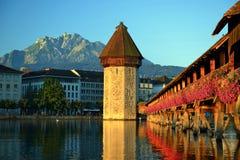 Historiskt centrum av Lucerne med berömd kapellbro, cet royaltyfri fotografi