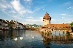 Historiskt centrum av Lucerne med den berömda kapellbron Royaltyfria Bilder