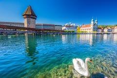 Historiskt centrum av Lucerne med den berömda kapellbron och sjö Lucerne Vierwaldstattersee, kanton av Luzern, Schweiz arkivfoton