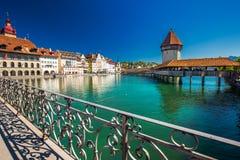 Historiskt centrum av Lucerne med den berömda kapellbron och sjön Lucerne, Schweiz royaltyfri fotografi