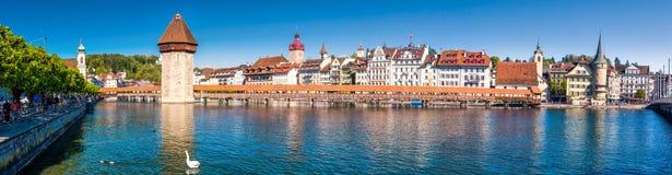 Historiskt centrum av Lucerne med den berömda kapellbron och sjö Lucerne Vierwaldstattersee, kanton av Luzern, Schweiz royaltyfria bilder