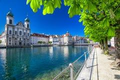 Historiskt centrum av Lucerne med jesuitkyrkan och sjön Lucerne, Schweiz arkivbilder